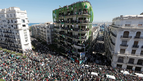 Demonstration of Algerians in Algiers (photo by Adjer)